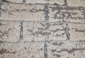 破損したアスファルトシングルの屋根塗装