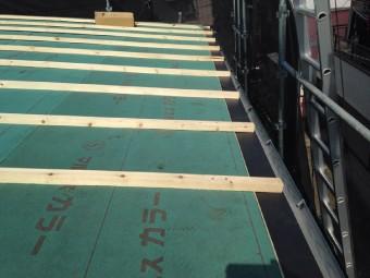 軒先に水切り金具を取り付け、板金を固定する桟を取り付け