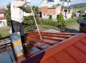 屋根塗装をするスタッフ